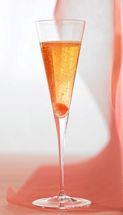 Strawberry kiss champagne cocktail valentine's day drinks