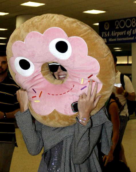 polyester-yummy-world-pink-donut-xl-plush-5_grande