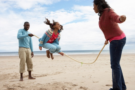 family-jumping-rope